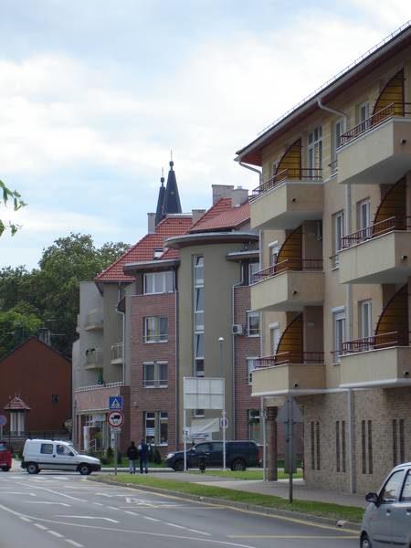 Új beépítés a rehabilitált északi belváros megújult főutcáján