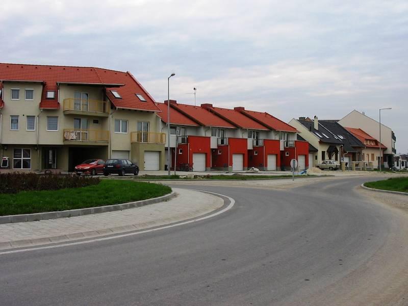 Új beépítés az új lakóterület főutcáján