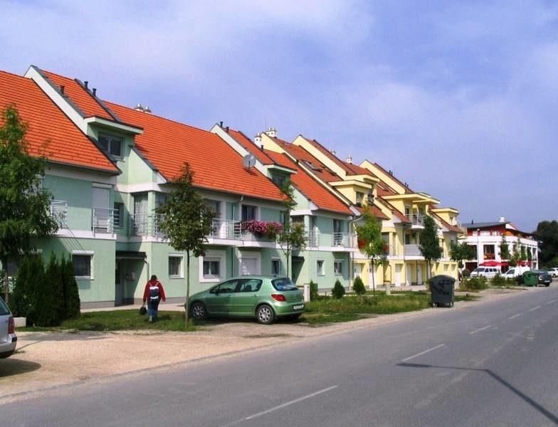 Új lakóépületek a Lajta park főutcájában