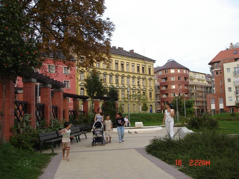 A budapesti belváros első új parkjának sétánya a Lenhossék park kialakítása után