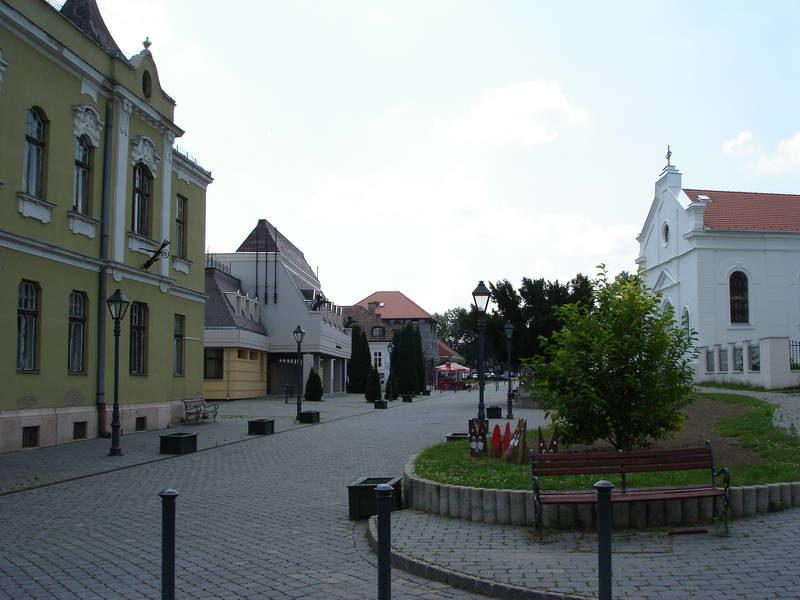 A megújult városmag a Forgách kastély felől nézve