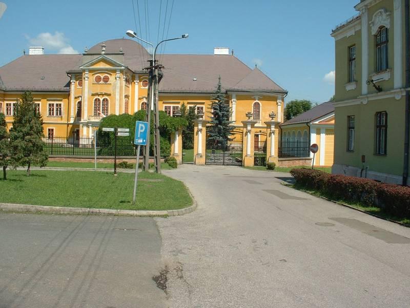 A megyei múzeumnak otthont adó kastély a rehabilitáció előtt