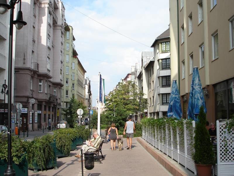 A sétáló utcává alakított Tompa utca, az új szálloda előtt