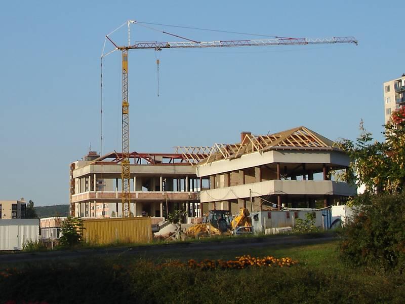 A torzóban maradt középület rehabilitációjával kialakításra kerülő közösségi épület építés közben