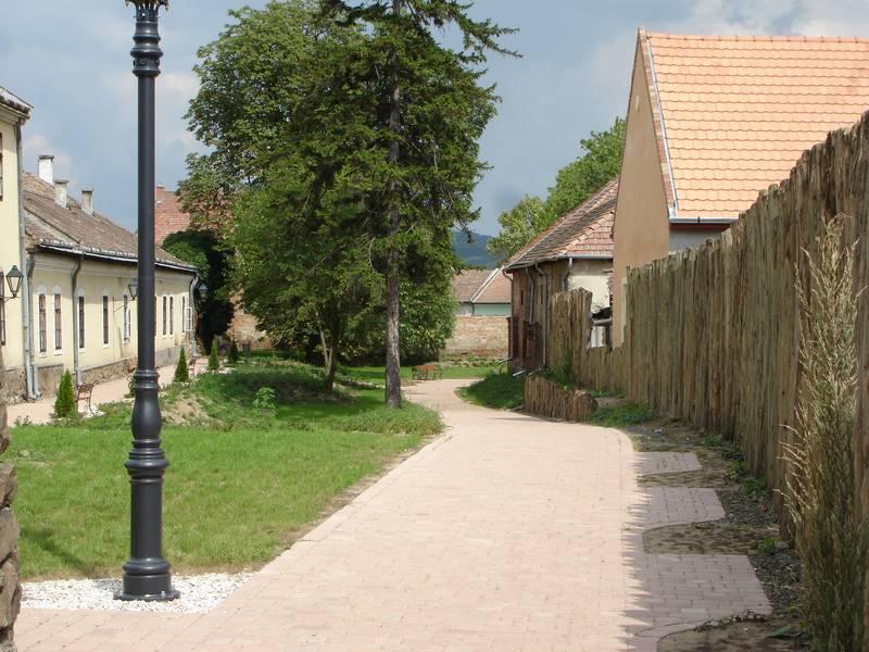 A várárok mentén kialakított sétány