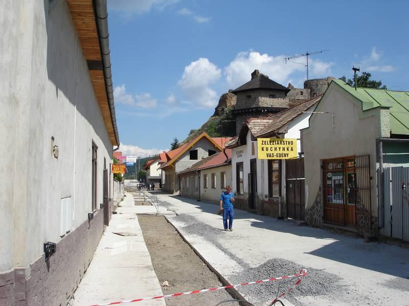 A várhoz vezető utca a rehabilitáció közben