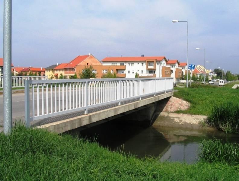 A városfejlesztési akció keretében az új lakóterület feltárása érdekében épített híd