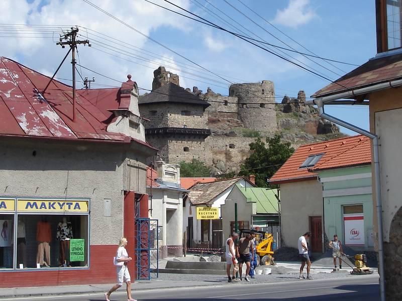 A városháza terétől a várhoz vezető utca átépítésével sétáló utca kialakítása az akcióterv végrehajtásával