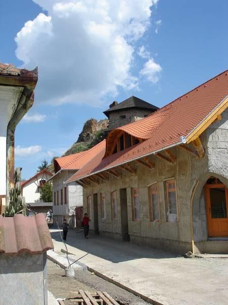 A városrehabilitációs akció által generált új épület a leendő sétálóutcában a vár alatt