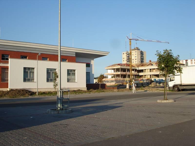 A városrehabilitációs akció keretében megvalósuló és az általa generált megépült közösségi beruházás az új főutca két oldalán