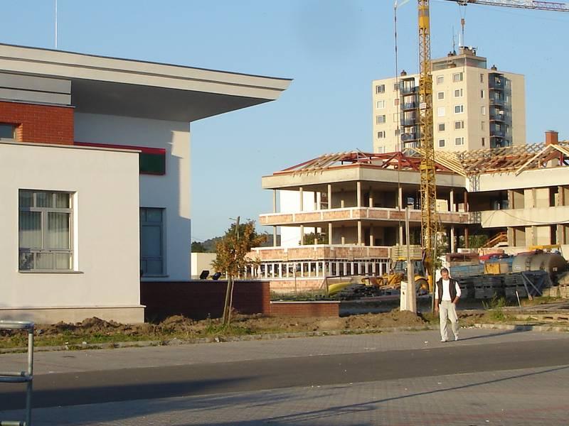 A városrehabilitációs akció keretében megvalósuló és az általa generált megépült közösségi beruházás az új főutca két oldalán 3