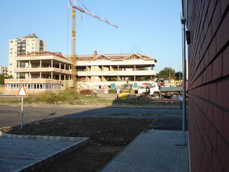 Az épülő új közösségi központ az új főutca mentén 2