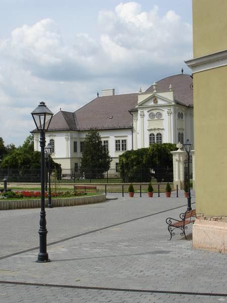 Az Ady Endre utca és a felújított múzeumnak otthont adó kastély a rehabilitáció után