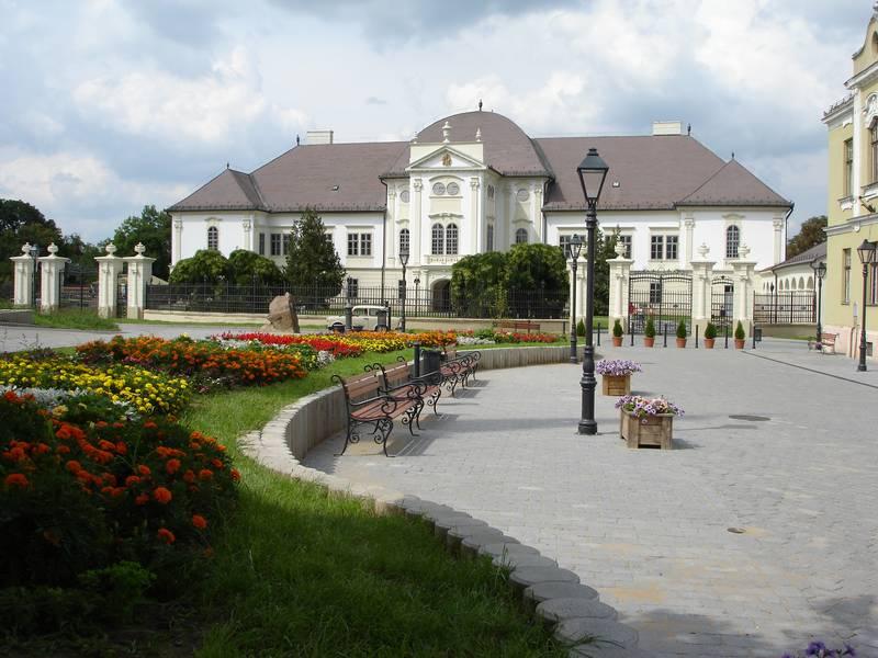 Az Ady Endre utca és a kastély a rehabilitáció után 2