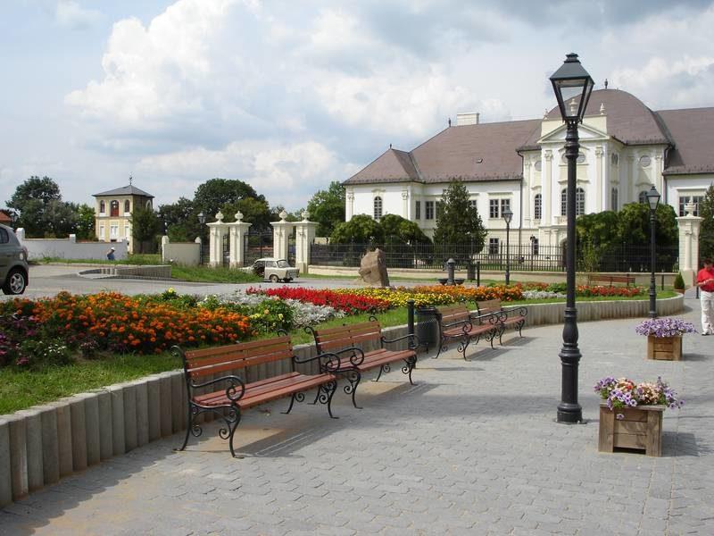 Az Ady Endre utca és a kastély a rehabilitáció után
