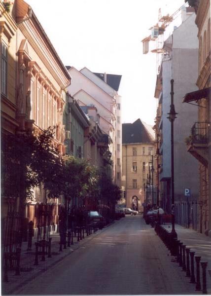 Az Angyal utca rehabilitált közterületei új és felújított épületei a rehabilitáció után