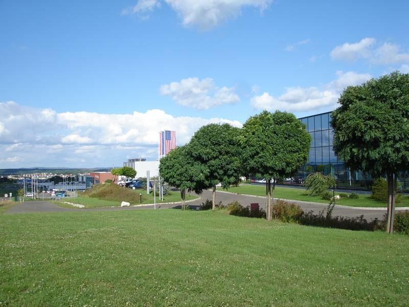 Az ipari park feltáró útja és új beépítése délről