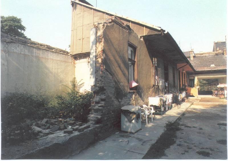 Egy udvar a rehabilitáció előtt 2
