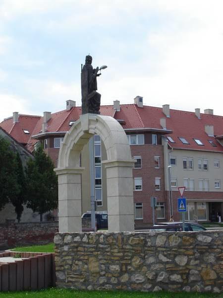 Emlékmű és új beépítés a rehabilitáció után