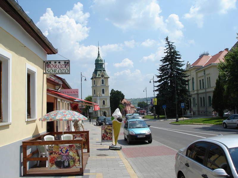 II. ütemben megújításra kerülő várfalakat övező külső gyűrű - a városközpont megújított közterülete a projekt keretében felújított városházával és a korábban restaurált ferde tűztorony műemlék épületével