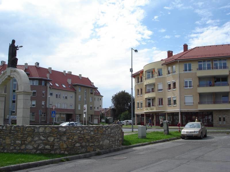 Megújult közterület és új beépítés a rehabilitáció után