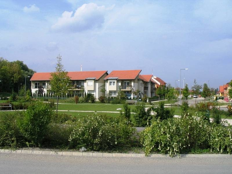Parkosított zöldfelület az új lakóterület közterületén