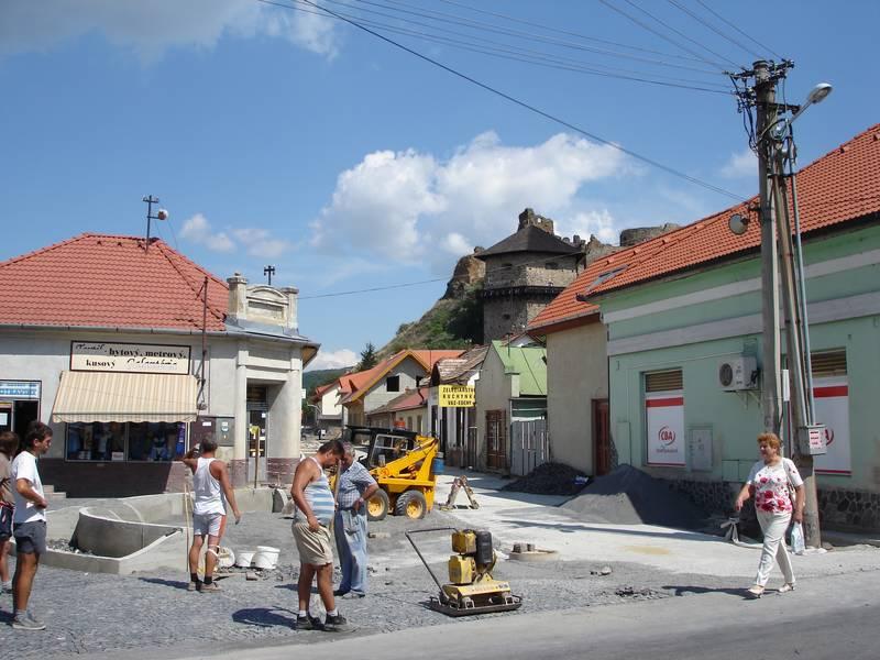 Sétáló utca építése a várhoz