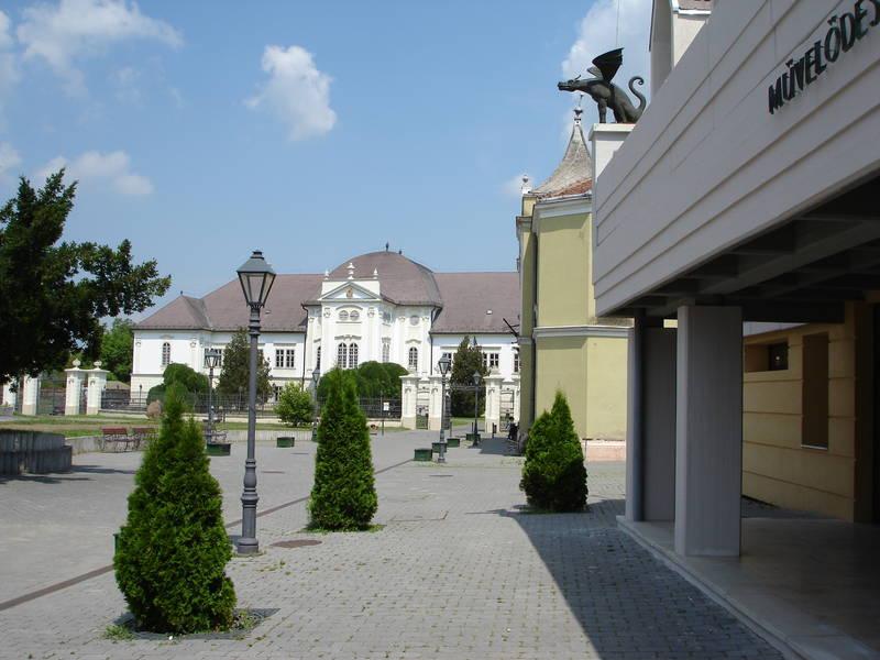 Városkép az I. ütemben megújított barokk kastéllyal és a II. ütemben rehabilitált Művelődési házzal