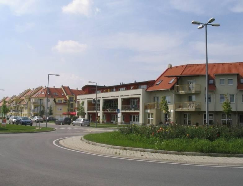 Vegyes funkciójú új épület az új beépítésben