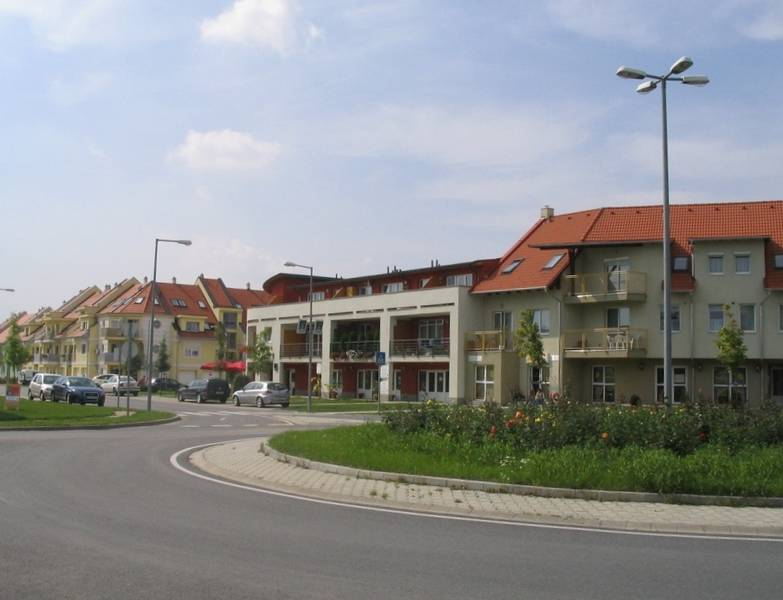 Vegyes funkciójú beépítés az új lakóterület főutcáján